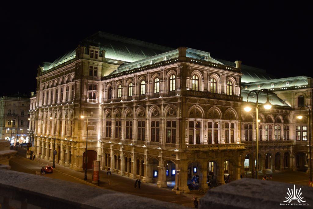 Oper in Wien beleuchtet bei Nacht