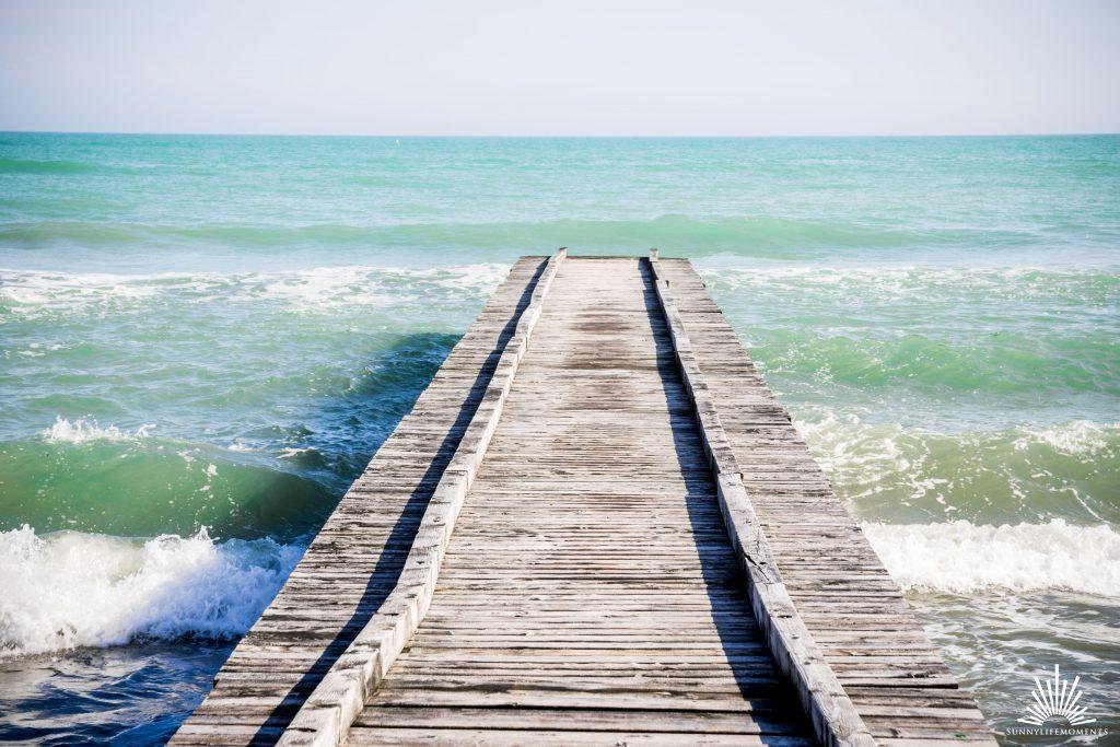 Steg im Meer in Italien