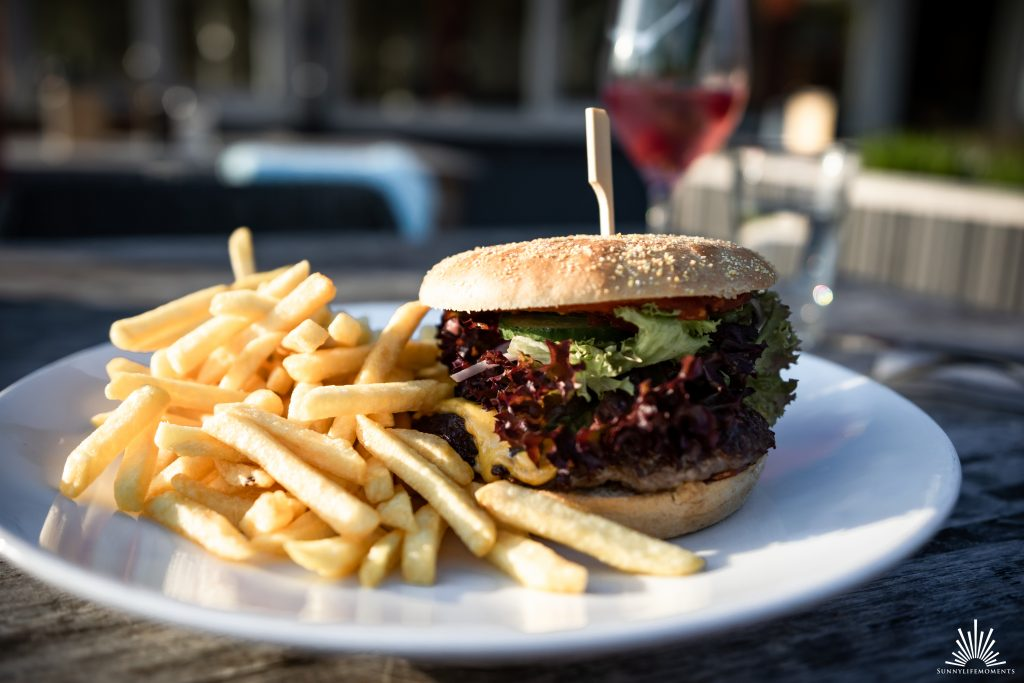 Burger im Restaurant am See