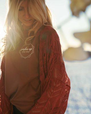 Dancing in the sunlight 💃🏼 Mache jeden Tag zu einem sonnigen Tag! Wir denken täglich unzählige, tausende Gedanken 💭 Die meisten davon sind immer gleich! Immer!! Ändere jetzt mit ein paar Kleinigkeiten so viel 🙌 Lass dich inspirieren von meinen neuen Sunshine Bio-Shirts 💫👉 Link in Bio! #bethechangeyouwanttoseeintheworld #bethemind #betheuniverse
